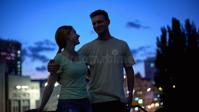 Jeunes couples datant et appréciant le temps ensemble, amour à la première vue, romantique photographie stock libre de droits