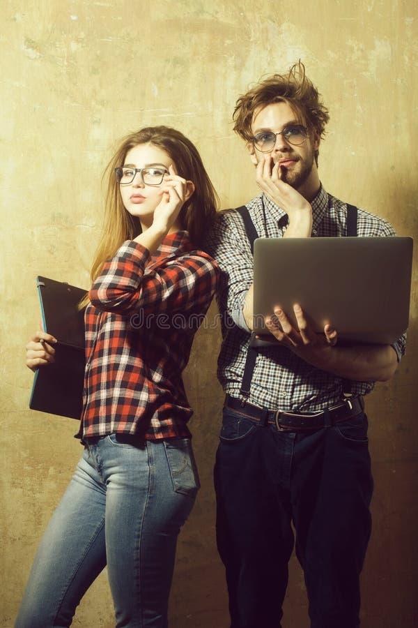 Jeunes couples de ballot des étudiants en verres de connaisseur photo stock