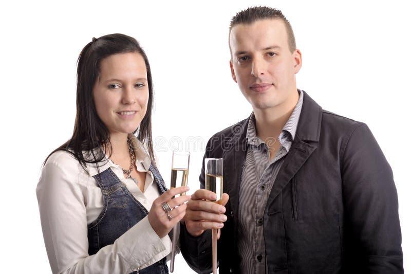 Jeunes couples de célébration ayant une boisson photographie stock