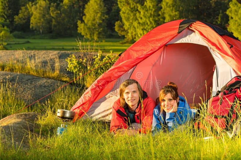 Jeunes couples de camping se situant dans la tente images libres de droits