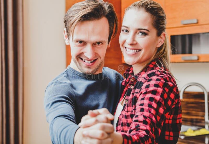 Jeunes couples de danse photographie stock
