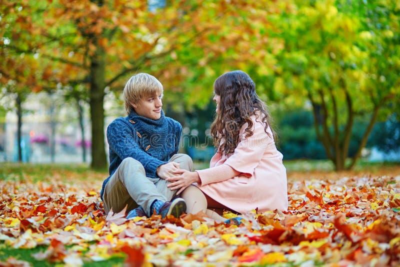 Jeunes couples de datation à Paris un jour lumineux d'automne image libre de droits