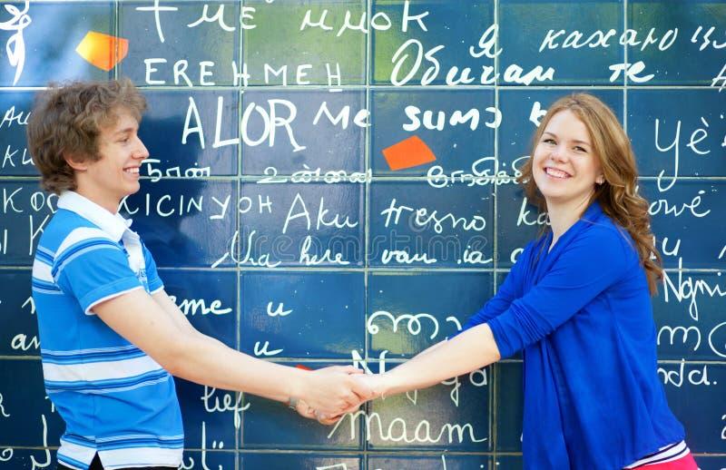 Jeunes couples de datation sur Montmartre photographie stock libre de droits