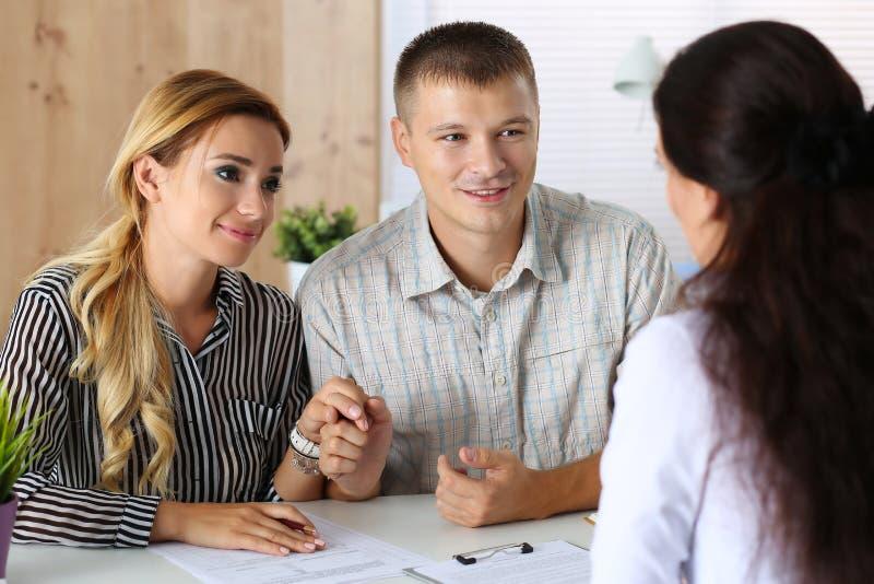 Jeunes couples de famille essayant d'obtenir le prêt photo stock