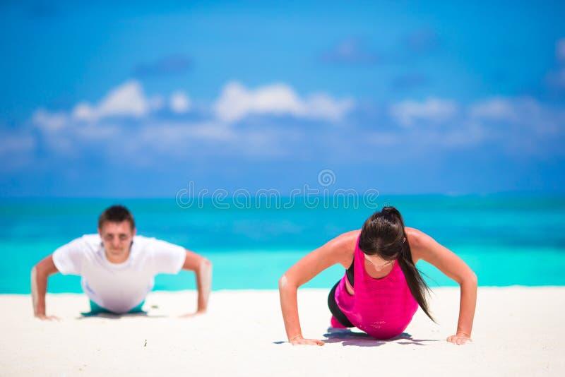 Jeunes couples de forme physique faisant des pousées pendant l'extérieur photos stock