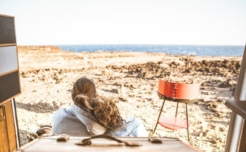 Jeunes couples de hippie au coucher du soleil voyageant ensemble sur l'oldtimer MI image stock