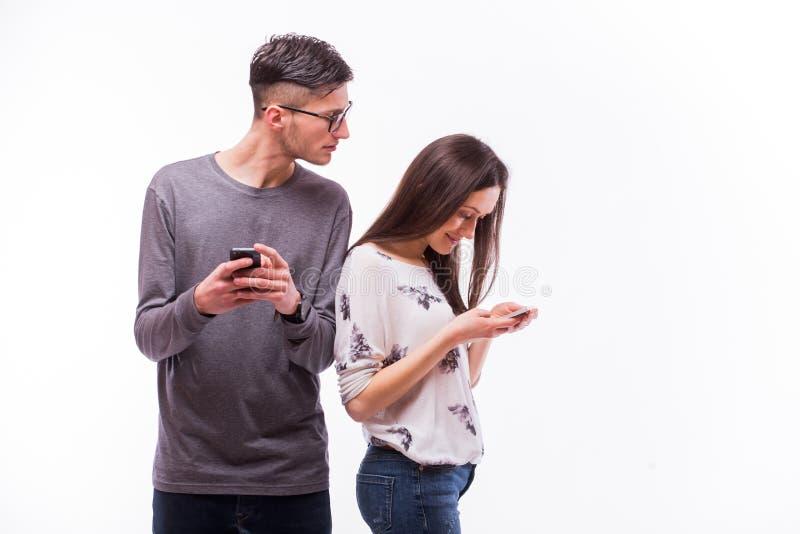 Jeunes couples de hippie dans l'amour s'ignorant avec le téléphone images libres de droits