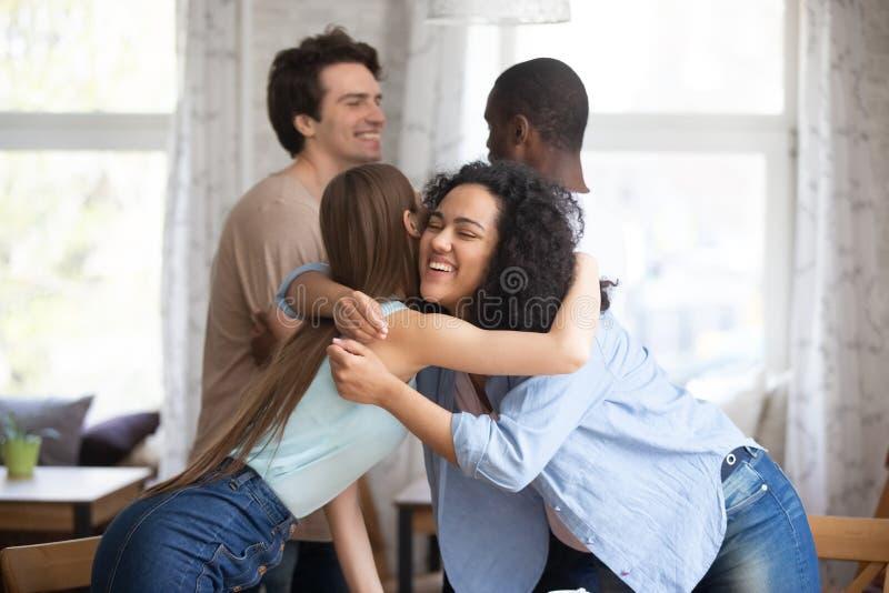 Jeunes couples de métis heureux se saluant photo stock