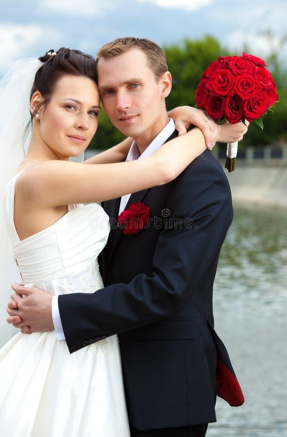 Jeunes couples de mariage photo libre de droits