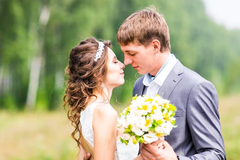 Jeunes couples de mariage, belle jeune mariée avec le portrait de marié, nature d'été extérieure images libres de droits