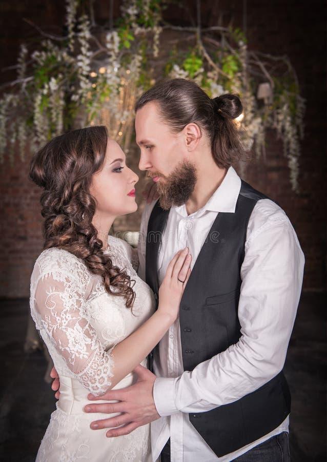 Jeunes couples de mariage dans le rétro style images stock