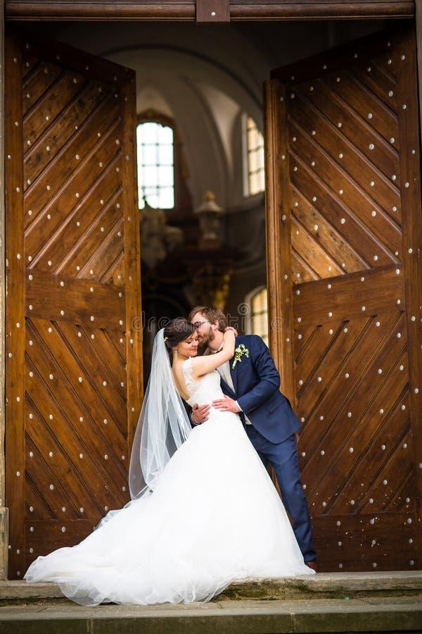 Jeunes couples de mariage leur jour du mariage image stock