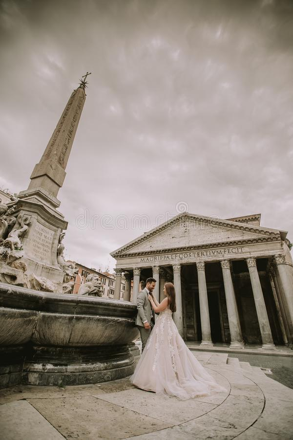 Jeunes couples de mariage par le Panth?on ? Rome, Italie photo stock