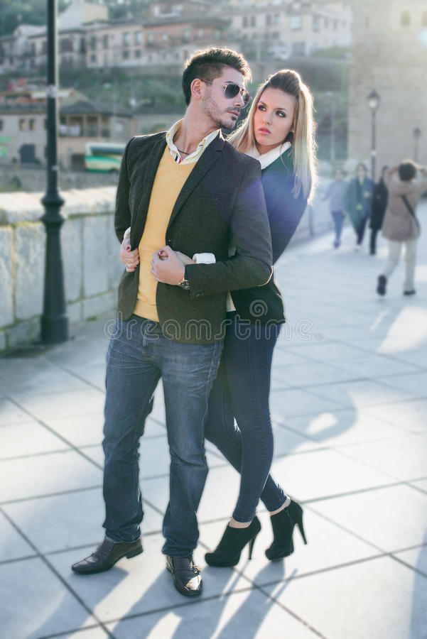 Jeunes couples de mode dans l'amour photographie stock libre de droits
