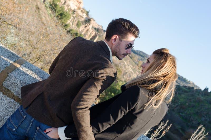 Jeunes couples de mode dans l'amour photo libre de droits