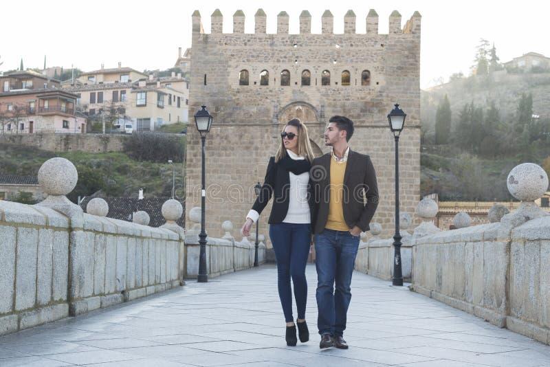Jeunes couples de mode dans l'amour images stock