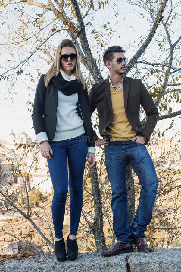 Jeunes couples de mode dans l'amour photo stock