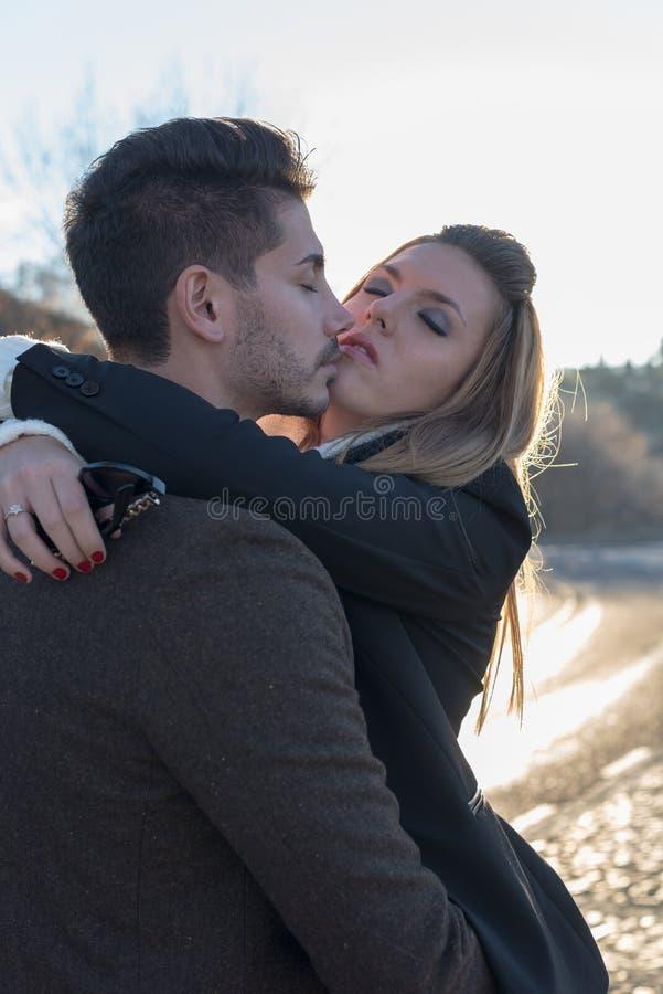 Jeunes couples de mode dans l'amour image libre de droits