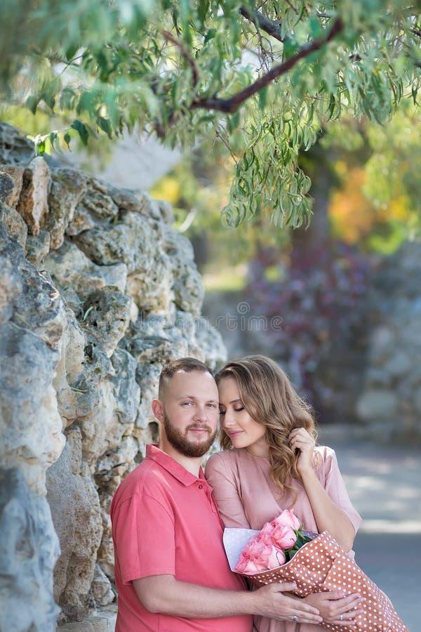 Jeunes couples de mode des amants au début de l'histoire d'amour - l'homme bel chuchote des baisers sexy dans la jolie oreille de photos stock