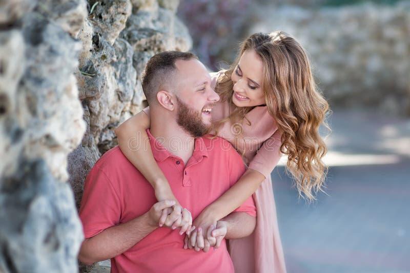 Jeunes couples de mode des amants au début de l'histoire d'amour - l'homme bel chuchote des baisers sexy dans la jolie oreille de image stock