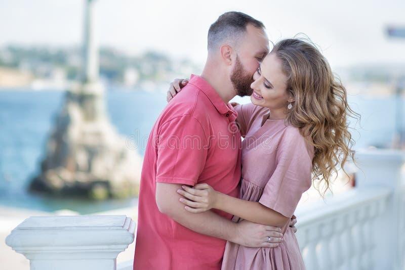 Jeunes couples de mode des amants au début de l'histoire d'amour - l'homme bel chuchote des baisers sexy dans la jolie oreille de photographie stock
