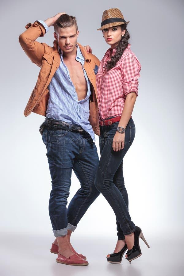 Jeunes couples de mode posant ensemble images stock