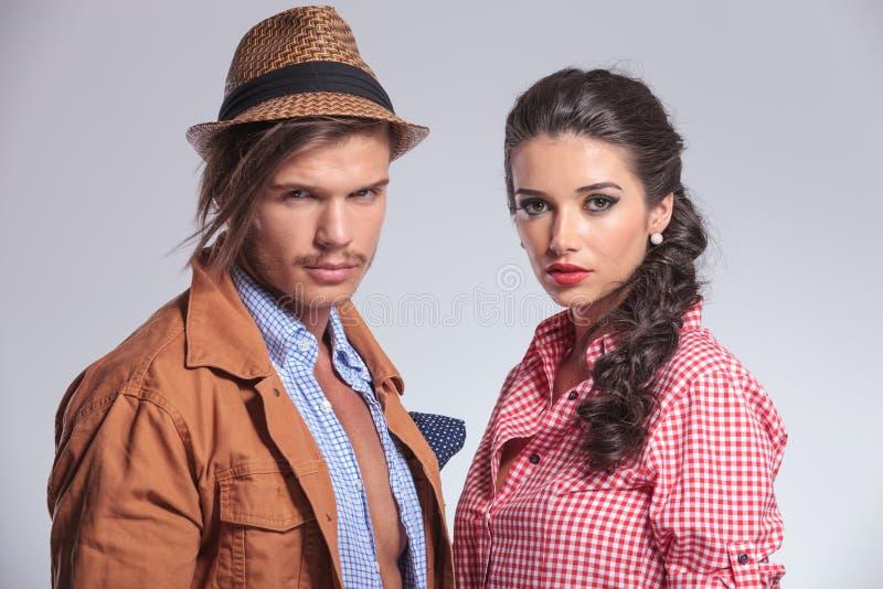 Jeunes couples de mode regardant l'appareil-photo image stock