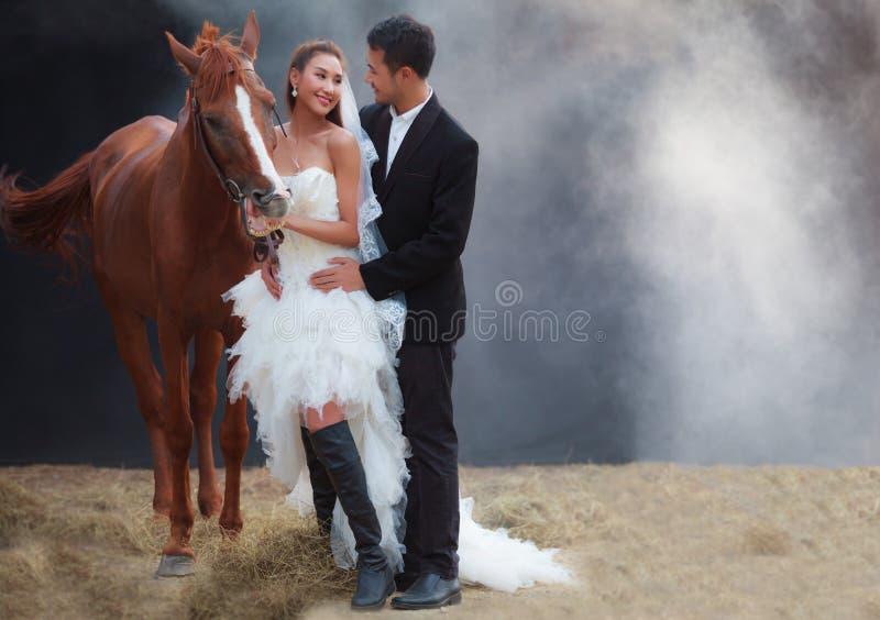 Jeunes couples de nouveaux mariés, belle jeune mariée de beauté dans le costume nuptiale blanc de mariage de mode et marié beau s photo stock