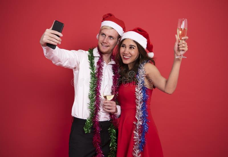 Jeunes couples de portrait prenant un selfie souriant tout en célébrant photographie stock