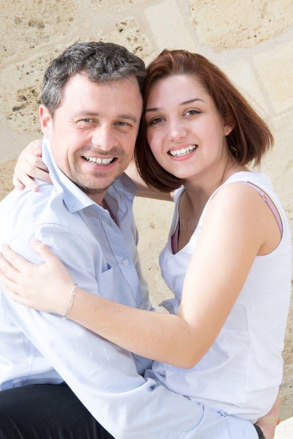 Jeunes couples de sourire étreignant dehors dans le visage de ferroutage photographie stock libre de droits