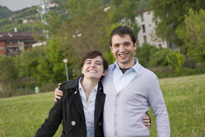 Jeunes couples de sourire photo libre de droits