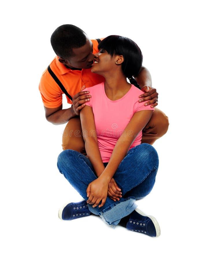 Jeunes couples de sourire environ à embrasser photographie stock libre de droits