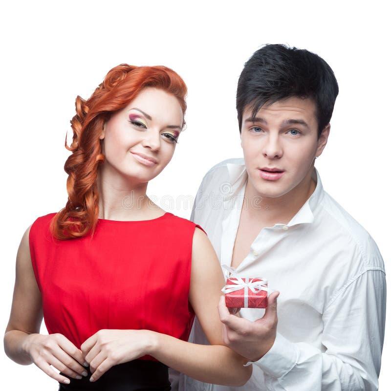 Jeunes couples de sourire le jour de valentines photo stock