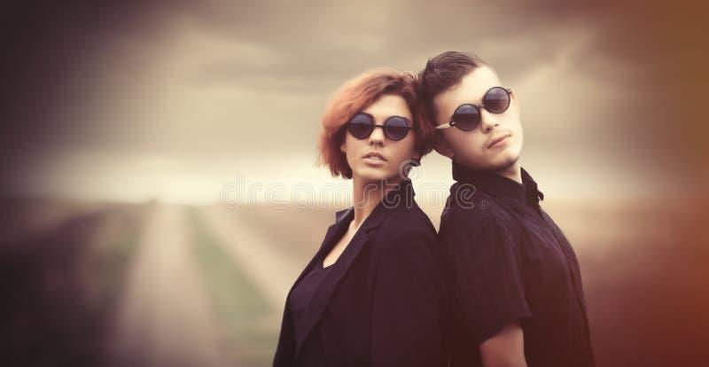 Jeunes couples de style à la campagne image stock