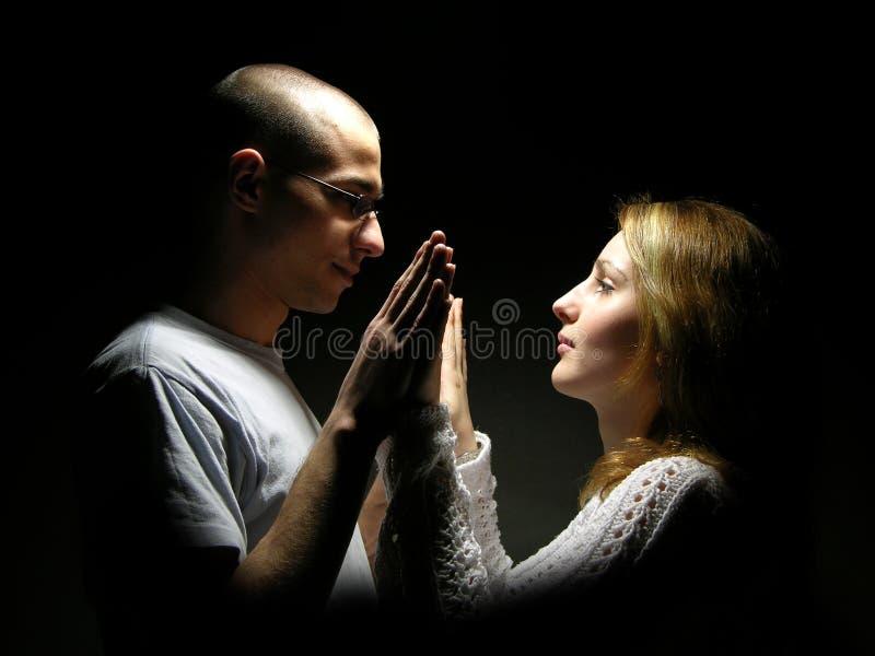 Jeunes couples des années de l'adolescence image libre de droits