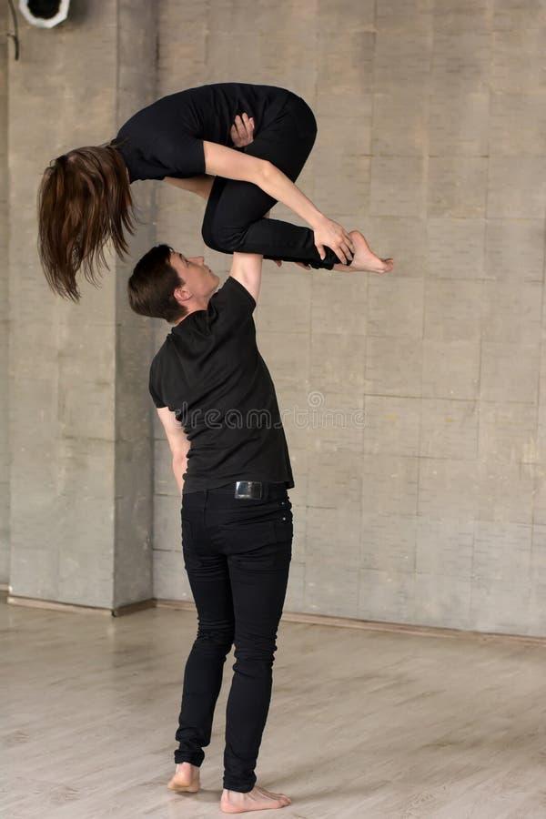 Jeunes couples des danseurs dans l'action image stock