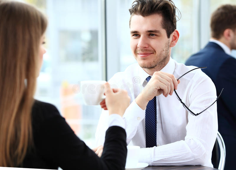 Jeunes couples des professionnels causant pendant un coffeebreak images libres de droits