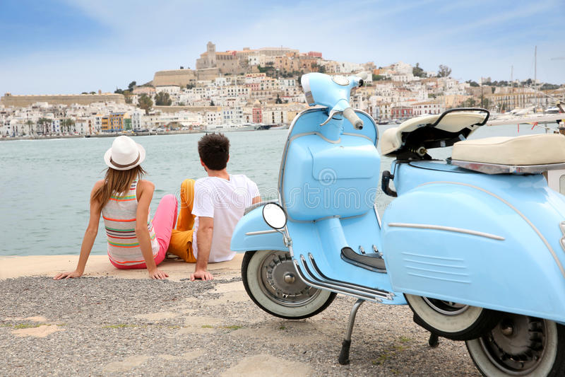 Jeunes couples des touristes détendant par la mer photos libres de droits