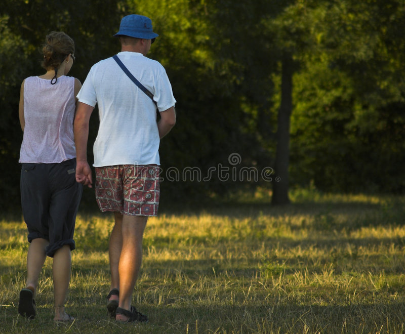Jeunes couples descendant le pré image libre de droits