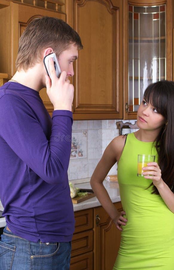 Jeunes couples discutant quelque chose image stock