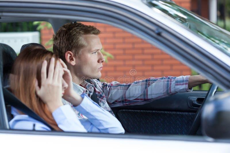 Jeunes couples discutant tout en voyageant photographie stock libre de droits