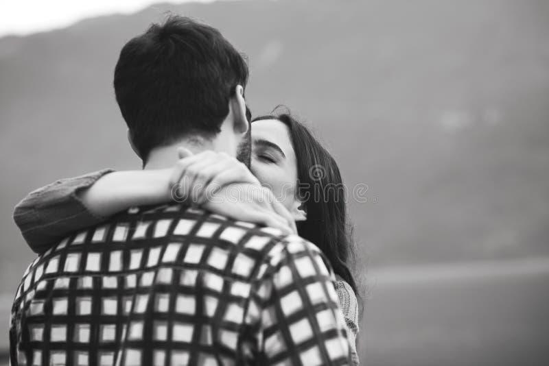 Jeunes couples doux embrassant dehors image stock