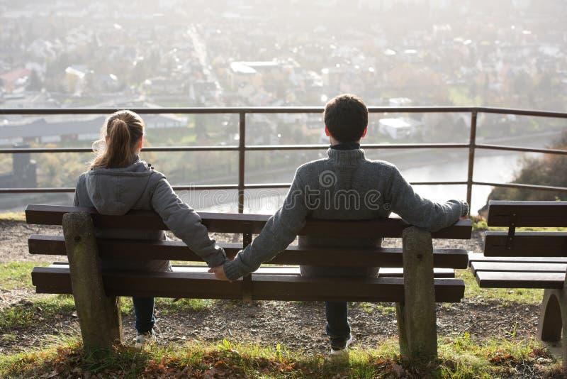 Jeunes couples du côté de rivière photos libres de droits
