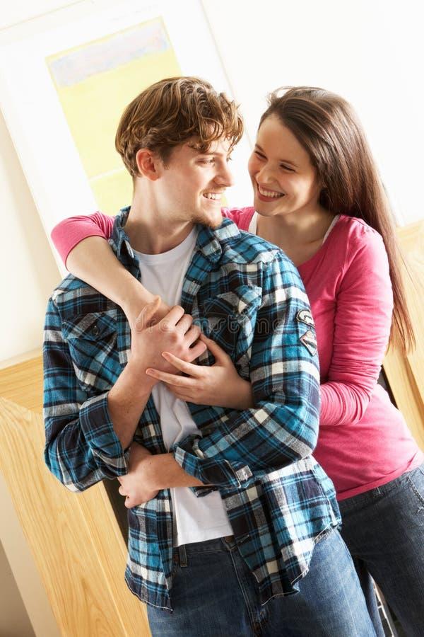 Jeunes couples embrassant dans la salle de séjour photo libre de droits
