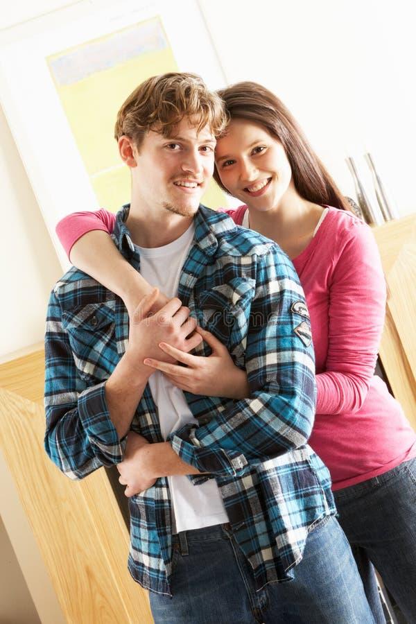 Jeunes couples embrassant dans la salle de séjour image stock