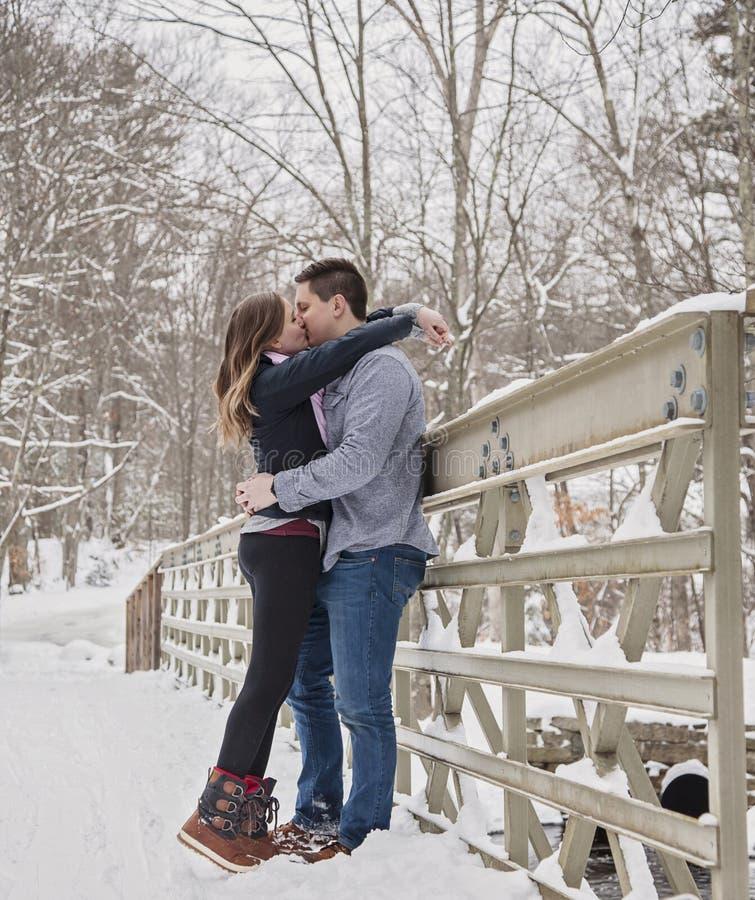 Jeunes couples embrassant dehors en hiver photos stock