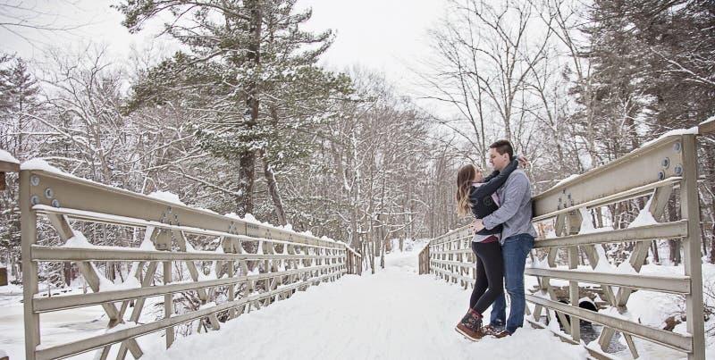 Jeunes couples embrassant dehors en hiver photographie stock libre de droits