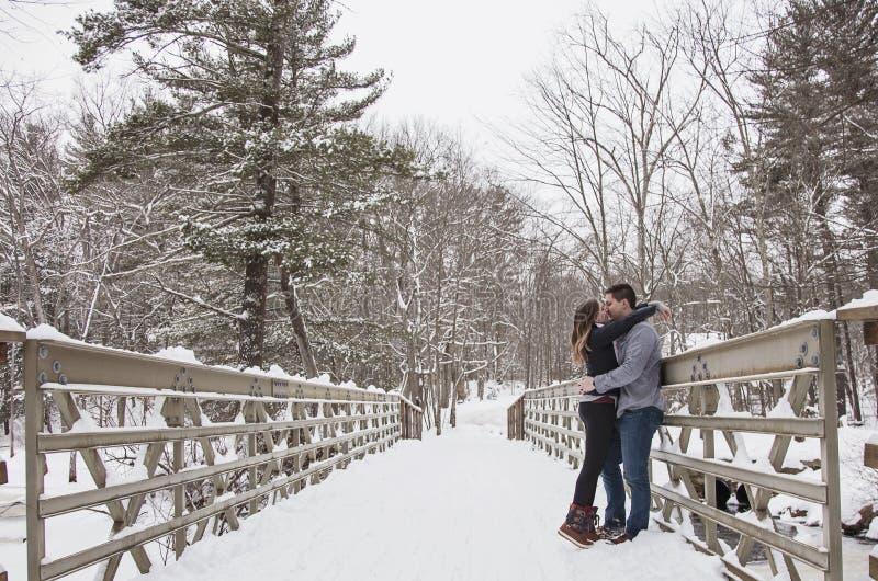 Jeunes couples embrassant dehors en hiver photo stock