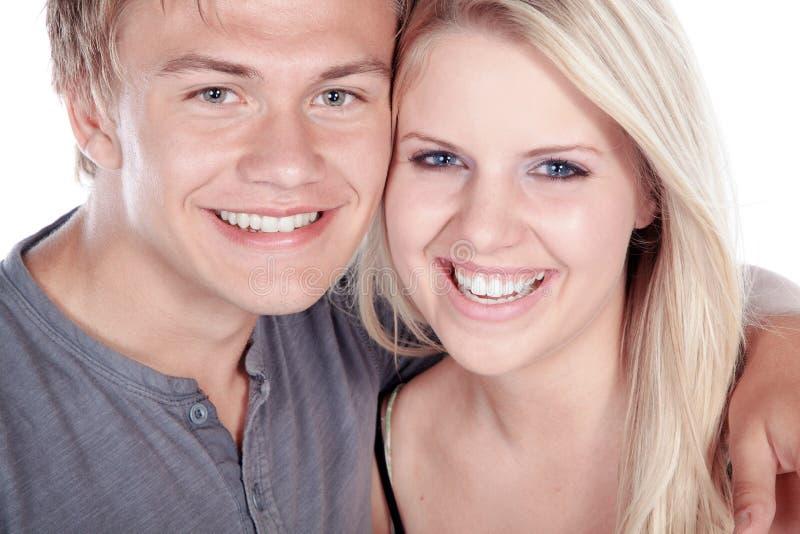 Jeunes couples embrassant et riant image libre de droits