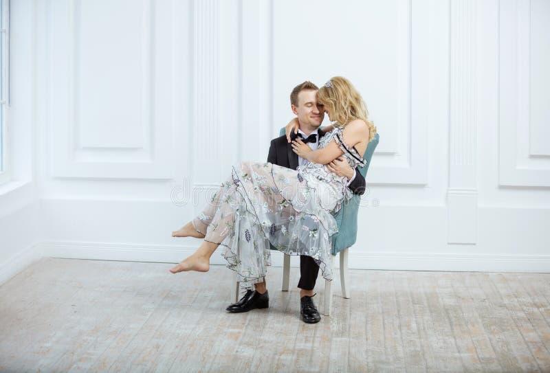 Jeunes couples embrassant et riant tout en se reposant dans le fauteuil photos libres de droits